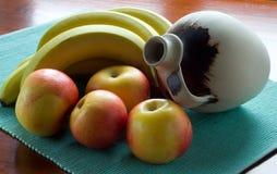 果子和陶瓷水罐 免版税库存图片