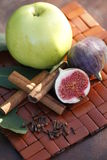 果子和香料在席子 免版税图库摄影