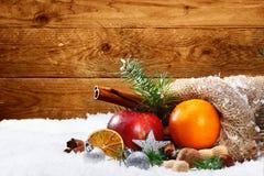 果子和香料艺术性的圣诞节静物画  库存照片