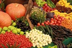 果子和素食者在市场上 免版税库存照片