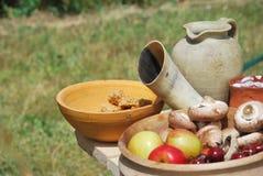 果子和veg与黏土水罐 免版税库存照片