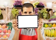 果子售货员拿着片剂 图库摄影