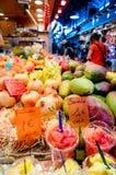 果子商店在La Boqueria市场上在巴塞罗那 免版税库存照片