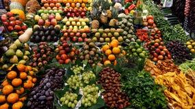 果子商店在La Boqueria市场上 免版税库存图片
