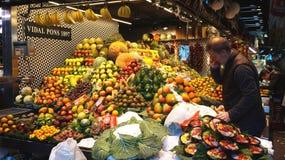 果子商店在La Boqueria市场上 免版税图库摄影