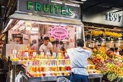 果子商店在La Boqueria市场,巴塞罗那上 免版税库存照片