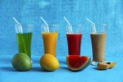 果子喜欢未加工的亚尔方索芒果、成熟亚尔方索芒果、西瓜、chikoo或者sapota和他们的汁液 库存图片