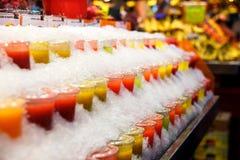 果子圆滑的人在市场上的冰冷却 库存照片