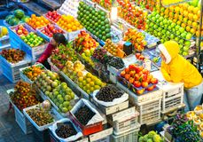 果子在与所有种类的市场上购物象 库存照片