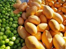 果子在市场上 免版税库存照片