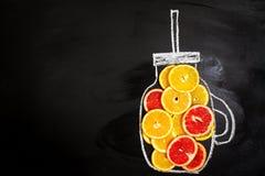 果子在拉长的金属螺盖玻璃瓶的柑橘切片 食物艺术 顶视图 愈合 免版税库存图片
