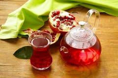 果子在茶壶的石榴茶 库存图片