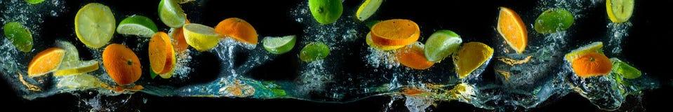 果子在飞行中,飞溅水 果子在水中 库存照片