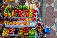 果子在绿色义卖市场,阿尔玛蒂的待售 库存照片