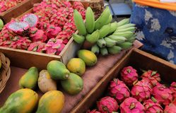 果子在Hanalei ` s农夫` s市场上 库存照片