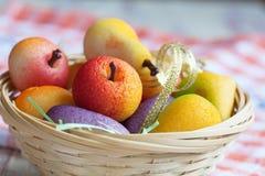 果子塑造了在小杏仁饼甜点的宏观图象的糖果在取暖的 免版税库存图片
