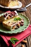 果子大面包用蔓越桔、杏仁和白色巧克力顶部 免版税库存照片