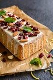 果子大面包用蔓越桔、杏仁和白色巧克力顶部 免版税库存图片