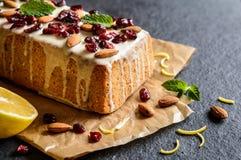 果子大面包用蔓越桔、杏仁和白色巧克力顶部 库存图片