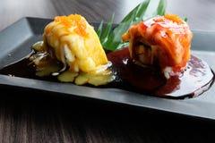 果子寿司是从点心肉饮食成份的一个组合食用芒果和草莓 免版税库存照片