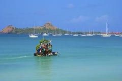 果子小船在罗德尼海湾在圣卢西亚,加勒比 免版税图库摄影