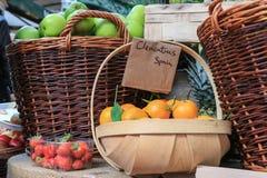 果子待售在市场上 免版税库存图片
