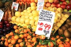 果子摊位在农夫市场上 免版税库存照片