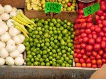 果子摊位在市场上 库存图片