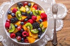 果子新鲜的混杂的热带水果沙拉 碗健康新鲜水果沙拉-死了和健身概念 免版税图库摄影