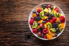 果子新鲜的混杂的热带水果沙拉 碗健康新鲜水果沙拉-死了和健身概念 库存照片