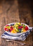 果子新鲜的混杂的热带水果沙拉 碗健康新鲜水果沙拉-死了和健身概念 图库摄影