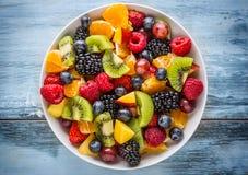 果子新鲜的混杂的热带水果沙拉 碗健康新鲜水果沙拉-死了和健身概念 免版税库存照片