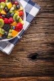 果子新鲜的混杂的热带水果沙拉 碗健康新鲜水果沙拉-死了和健身概念 免版税库存图片