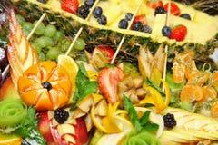 果子板材 被分类的新鲜水果和乳酪盛肉盘  免版税图库摄影
