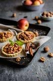果子果子馅饼用焦糖的苹果片、桂香和核桃填装了 免版税库存照片