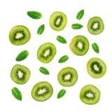 果子样式-创造性的布局由猕猴桃和薄荷的叶子制成 许多切片成熟猕猴桃 库存图片
