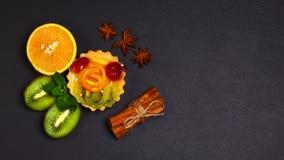 果子桔子品种,猕猴桃,柠檬,薄菏,蛋糕,一起被束起的甜果子点心,桂香,茴香星棍子在shal 免版税库存照片