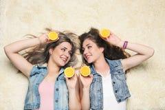 果子橙色妇女年轻人 免版税库存照片