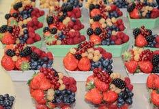 果子混合包括:红浆果,红草莓,白色raspb 免版税图库摄影