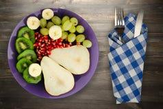 果子混合梨,猕猴桃,葡萄,香蕉,在木的石榴 库存图片