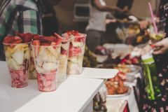 果子混合用草莓在街道食物市场上 图库摄影
