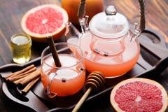 果子清凉茶用香料和蜂蜜 图库摄影