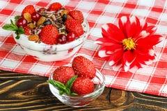 果子点心用草莓和莓果在一张木桌上 免版税库存图片