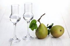 果子白兰地酒,梨 免版税库存图片