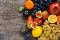 果子的一汇集木表面,顶视图上的 免版税库存照片