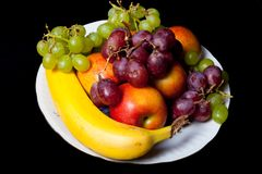 果子的不同的类型在一块白色陶瓷板材的在黑ba 库存照片