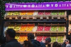 果子的不同的类型在食物festiva显示的条板箱的 库存图片