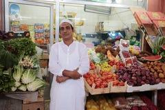 果子的卖主在市场上 免版税图库摄影