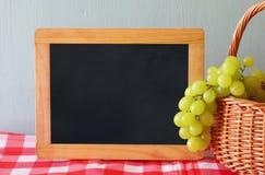 果子的图象在空的黑板旁边的拷贝空间的 犹太假日- Shavuot的标志 免版税图库摄影