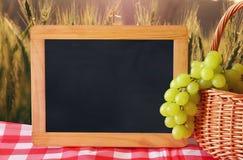 果子的图象在空的黑板旁边的拷贝空间的 犹太假日- Shavuot的标志 免版税库存照片